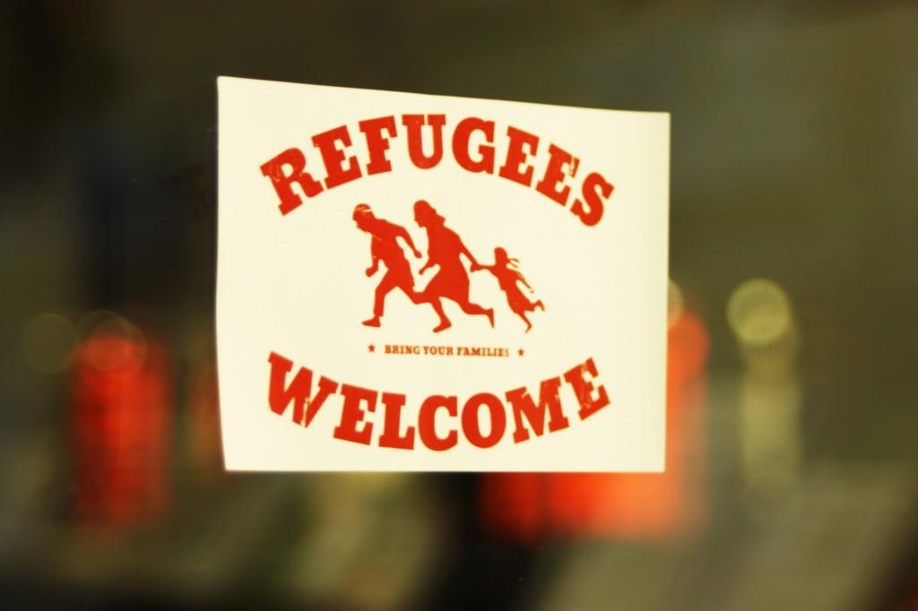 """Aufkleber an Fensterscheibe, Aufschrift """"Refugees Welcome"""""""